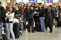 Letiště na severu Evropy i jinde se plní lidmi. Na snímku situace ve Frankfurtu.