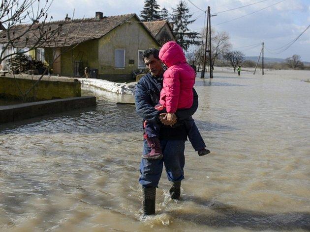 Velká voda způsobená vytrvalými dešti trápí některé obce v severním Maďarsku poblíž slovenských hranic.