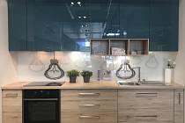 Malá kuchyně dřevo - tyrkys