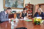Nový ředitel Horské služby Patrik Jakl s ministryní Klárou Dostálovou