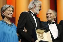 Režisér Michael Haneke (uprostřed) prezentuje Zlatou palmu spolu se svými herci, Emmanuelle Riva a Jean-Louisem Trintignantem.