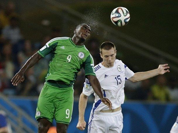 Emmanuel Emenike z Nigérie (vlevo) Toni Sunjic z Bosny.