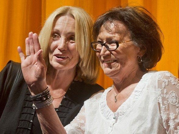 Režisérka Olga Sommerová (vlevo) a zpěvačka Marta Kubišová uvedli 5. července na 49. ročníku Mezinárodního filmového festivalu Karlovy Vary premiéru celovečerního dokumentu o Kubišové Magický hlas rebelky.