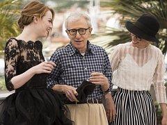 Herečka Emma Stone, režisér Woody Allen a herečka Parker Posey.