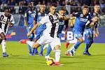 Fotbalista Juventusu Cristiano Ronaldo střílí gól z penalty v utkání italské ligy na hřišti Empoli.