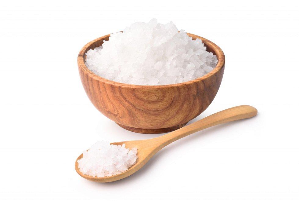 Sůl potřebujeme pro správnou funkci svalů, nervů i střev. Když jí ale jíme moc, může nám způsobit zdravotní komplikace.