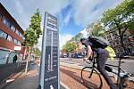 Snaha o větší zapojení cyklistiky je i logická: vláda zatím nepočítá s tím, že by byla schopna rychle navýšit kapacitu veřejné dopravy a obává se, že jak se bude postupně obnovovat běžný život, lidé se budou přeplněným autobusům, vlakům či metru vyhýbat.