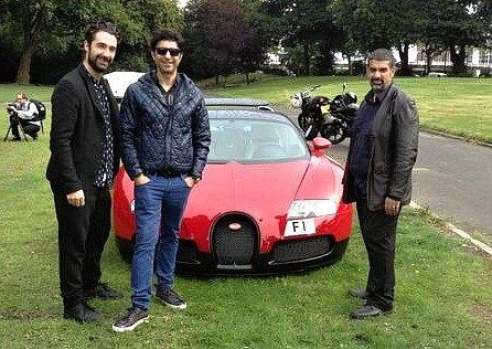 Britský podnikatel Afzal Kahn (druhý zleva) vlastní zřejmě nejdražší SPZ na světě.