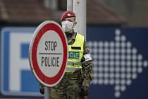 Kontroly na hranicích kvůli koronaviru, voják v roušce - ilustrační foto
