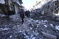 Následky leteckých útoků vládních sil v syrské provincii Idlib.