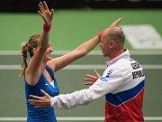 Petra Kvitová se raduje s kapitánem Petrem Pálou z postupu do finále Fed Cupu.