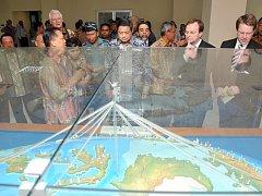 Indonéský prezident Susilo Bambang Yudhoyono (uprostřed) prohlíží model nového varovného systému.
