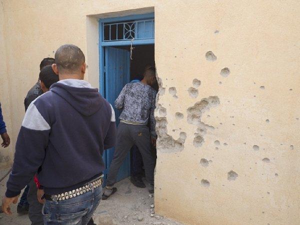 """Při operaci tuniské armády a bezpečnostních sil bylo vúterý večer uměsta Ben Guerdane na jihovýchodě země uhranic sLibyí zabito pět údajných """"teroristů'."""