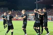 Fotbalisté Plzně se radují na hřišti Vojvodiny Novi Sad.