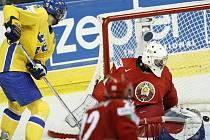 Rickard Wallin ze Švédska (ve žlutém) dává vítězný gól do sítě Běloruska.