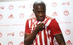 Yaya Touré poté, co podepsal smlouvu s Olympiakosem Pireus.