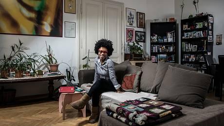 Tonya Graves ve svém obýváku.