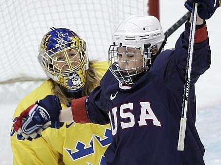 Američanka Thatecherová oslavuje jeden z gólů do švédské klece.