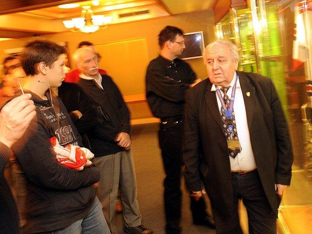 Augustin Bubník provádí v užehleném obleku návštěvníky O2 Areny hokejovou Síní slávy.