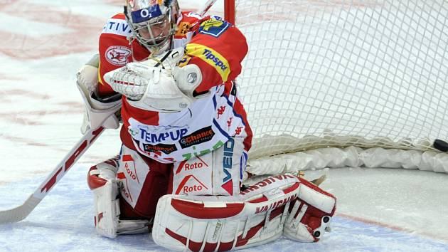 Gólman Slavie Adam Svoboda inkasuje gól na 3:3 z hole Poživila.