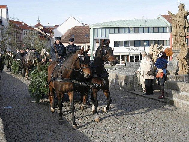 Již tradiční Hubertova jízda žáků písecké lesnické školy tentokráte vedla přes Kamenný most s požehnáním památkářů.