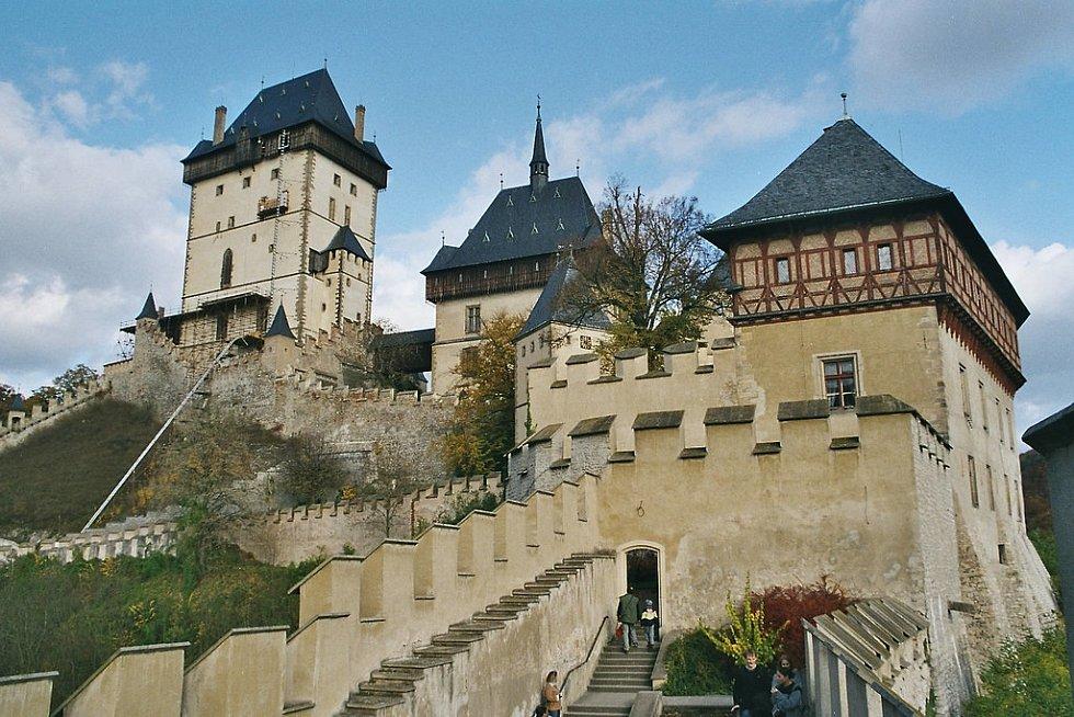 Architektonická perla – gotický hrad Karlštejn zdobí lesnatou krajinu Českého krasu.