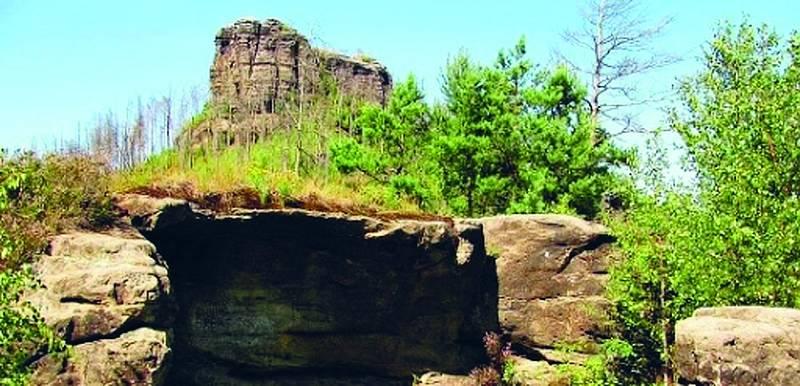 V masivu Havraního kamene byl ve třináctém století vystavěn skalní hrádek Falkenštejn, aby ochraňoval obchodní stezku vedoucí do Míšně a Lužice.
