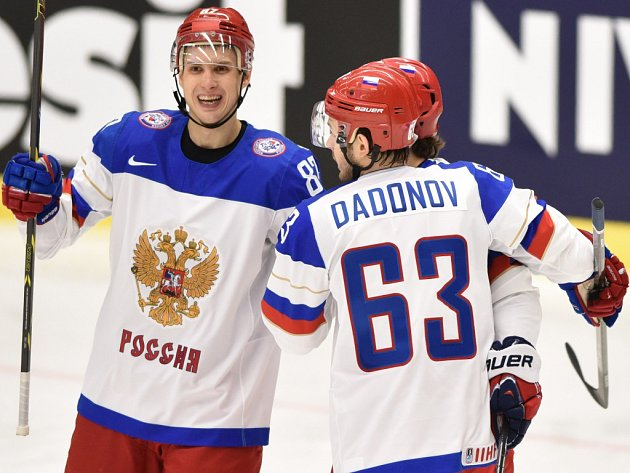 Hokejisté Ruska se radují z gólu.