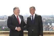 Premiér Andrej Babiš (vpravo) se v Kramářově vile v Praze setkal s americkým ministrem zahraničí Mikem Pompeem.