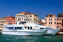 Lodní doprava v italských Benátkách.