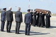 Rakev s ostatky kardinála Josefa Berana byla 20. dubna 2018 naložena na letišti v Římě do speciálu mířícího do Prahy.