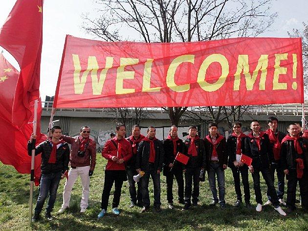 Čínského prezidenta vítalo u hotelu Hilton kolem 150 Číňanů.