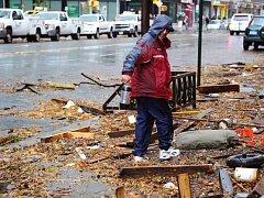 Bouře za sebou nechala v ulicích New Yorku spoušť