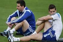 Lionel Messi (vlevo) a Fernando Gago na tréninku Argentiny před čtvrtfinále s Belgií.