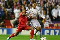 Cristiano Ronaldo z Realu Madrid (vpravo) a Glen Johnson z Liverpoolu.