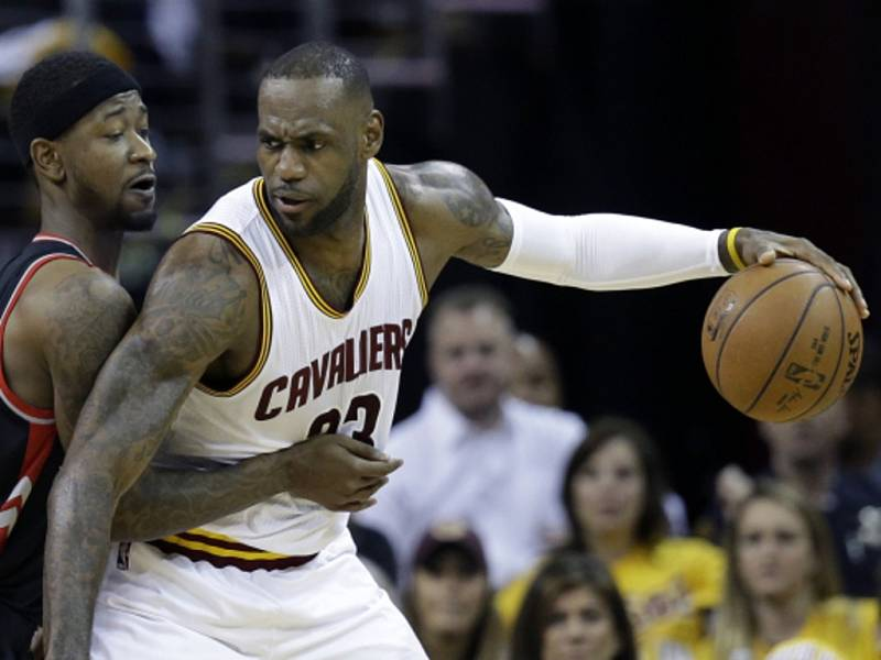 LeBron James z Clevelandu (vpravo) proti Torontu.