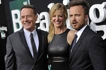 Hlavní představitelé seriálu Perníkový táta zleva Bryan Cranston, Anna Gunnová a Aaron Paul.