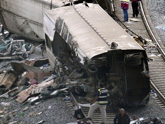 Při nehodě vlaku ve Španělsku přišly o život desítky lidí.