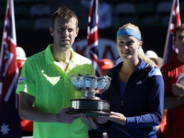 Smíšenou čtyřhru na Australian Open vyhráli Kristina Mladenovicová (vpravo) sveteránem Danielem Nestorem.