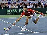 Novak Djokovič dobíhá kraťas Tomáš Berdycha ve finále Davis Cupu.