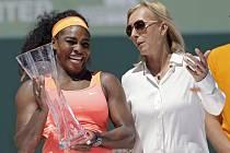 Sereně Williamsové (vlevo) gratulovala k triumfu na turnaji v Miami i legendární Martina Navrátilová.