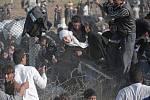 Syrští uprchlíci přelézají plot na hranicích s Tureckem