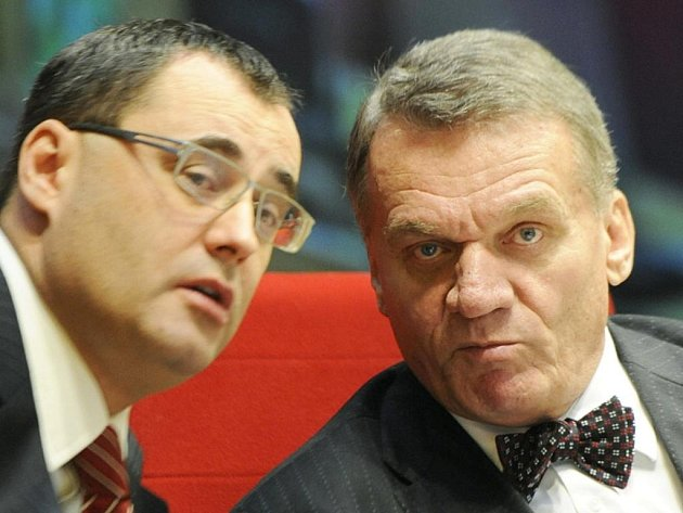 Šéf pražské ODS Boris Šťastný (vlevo) a pražský primátor Bohuslav Svoboda 24. listopadu na jednání pražského zastupitelstva.