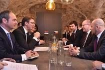 Aleksandar Vučić a Bohuslav Sobotka během jednání v Rize.