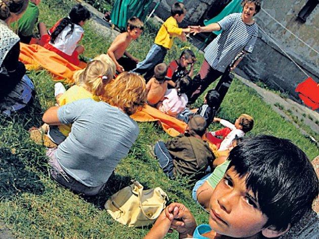 PUBLIKUM. Romské děti návštěvu divadelníků vítají.
