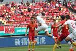 Čeští fotbalisté (v bílém) proti Číně.