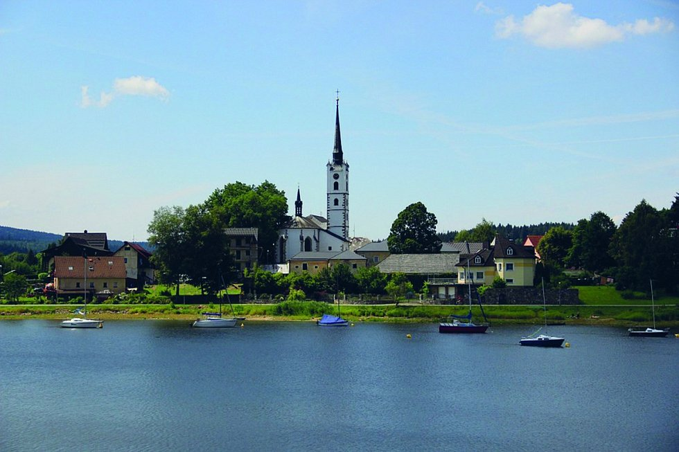 Městys Frymburk leží na poloostrově na levém břehu vodní nádrže Lipno. Nachází se tam několik pláží a přístaviště s přívozem.