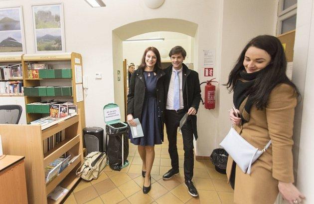 Marek Hilšer s manželkou ve volební místnosti