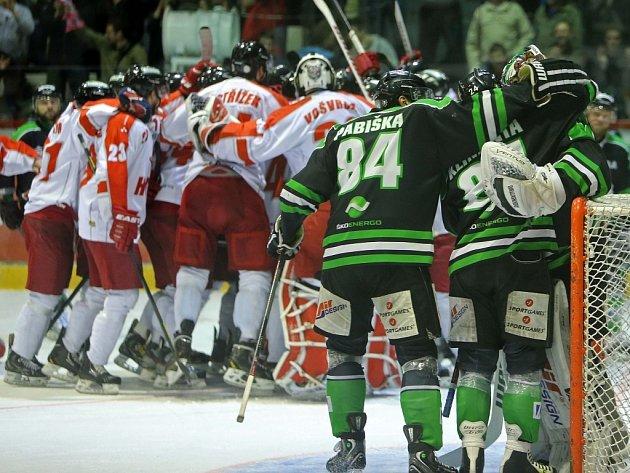 Oslavy u obou týmů. Hokejisté Olomouce (vlevo) porazili Mladou Boleslav a společně postoupili do extraligy.