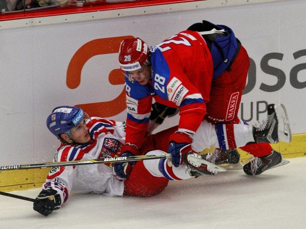 Čeští hokejisté (v bílém) proti Rusku.